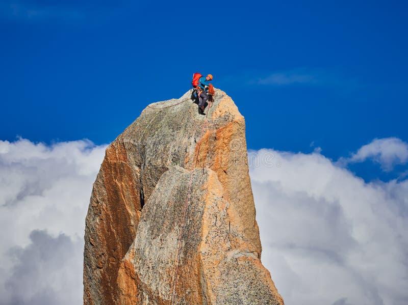 AIGUILLE DU MIDI, FRANCE - 8 AOÛT 2017 : Alpinistes s'élevant sur des roches chez Aiguille du Midi, Chamonix, France image libre de droits