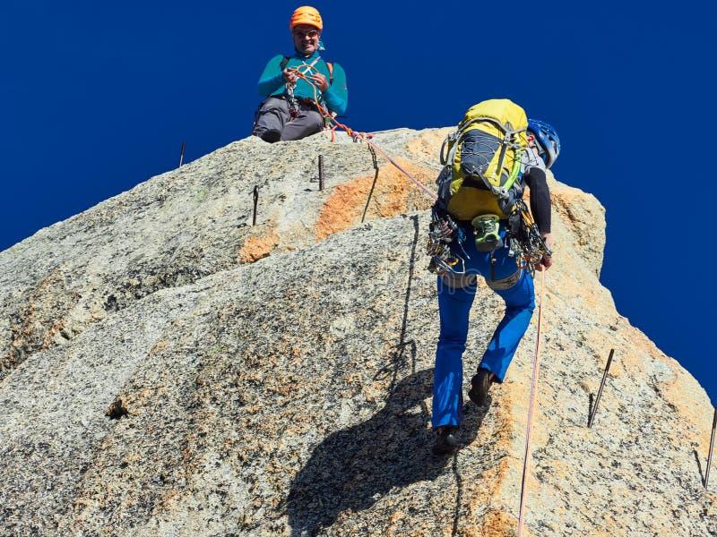 AIGUILLE DU MIDI, FRANCE - 8 AOÛT 2017 : Alpinistes s'élevant sur des roches chez Aiguille du Midi, Chamonix, France images stock