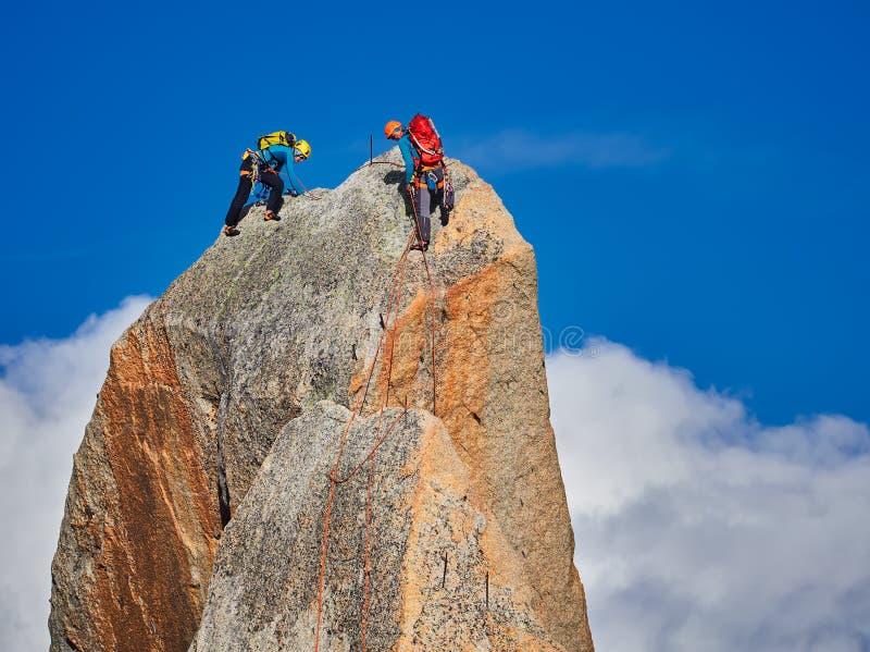 AIGUILLE DU MIDI, FRANCE - 8 AOÛT 2017 : Alpinistes s'élevant sur des roches chez Aiguille du Midi, Chamonix, France photographie stock