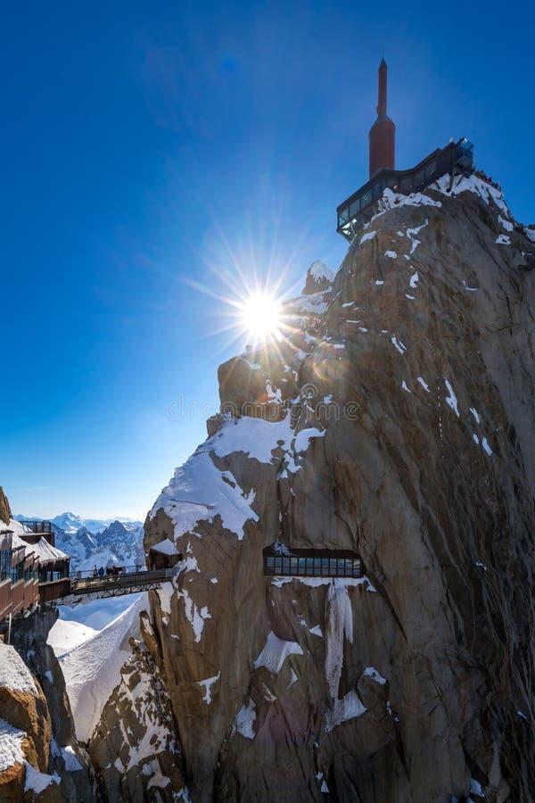 Aiguille du Midi med spången och observationsdäcket Chamonix visare, Mont Blanc Haute Savoie fjällängar, Frankrike arkivbilder