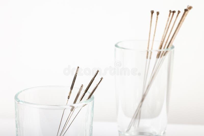 Aiguilles argentées pour l'acuponcture de médecine de chinois traditionnel Plan rapproché Fond blanc photo stock