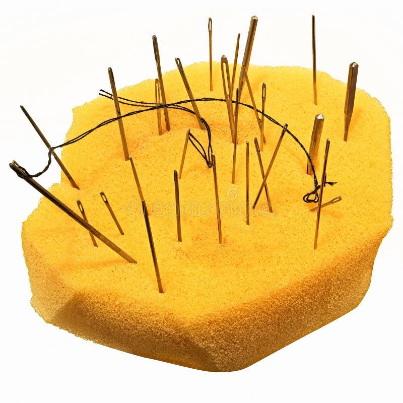 Aiguilles dans une éponge jaune image libre de droits