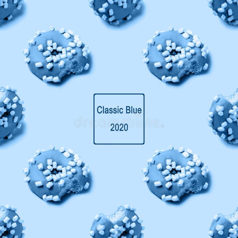 Aiguilles de givrage en morceaux avec des guimauves, vue isométrique Teinte créative bleue image stock