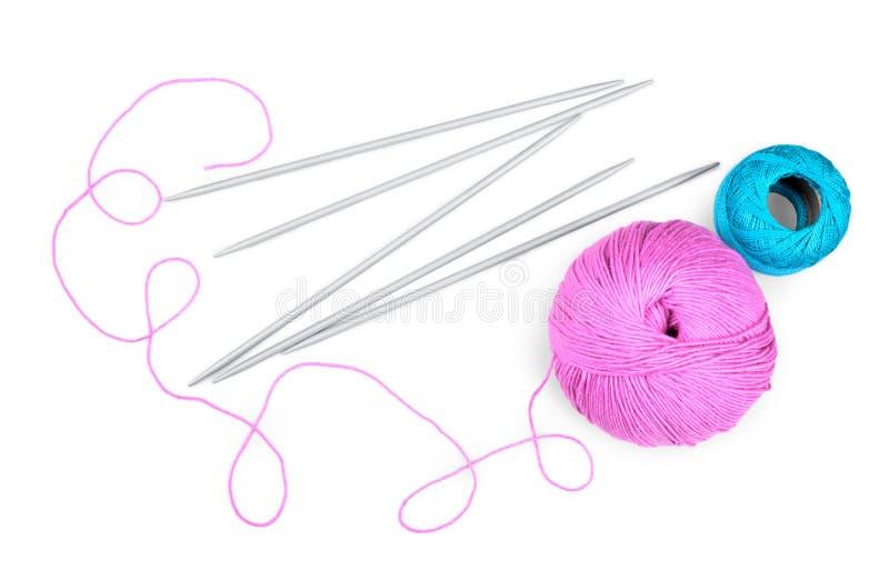 Aiguilles de tricotage avec des fils photos stock