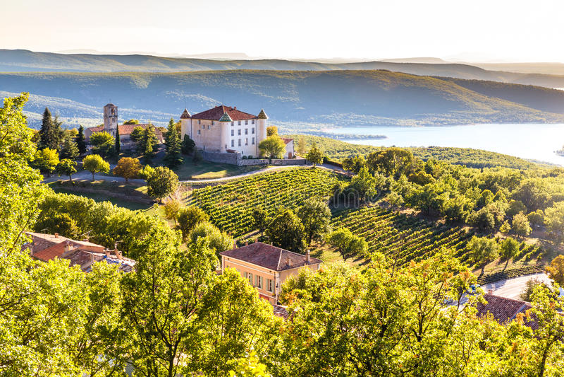 Aiguines, castello e Sainte Croix Lake-France immagini stock