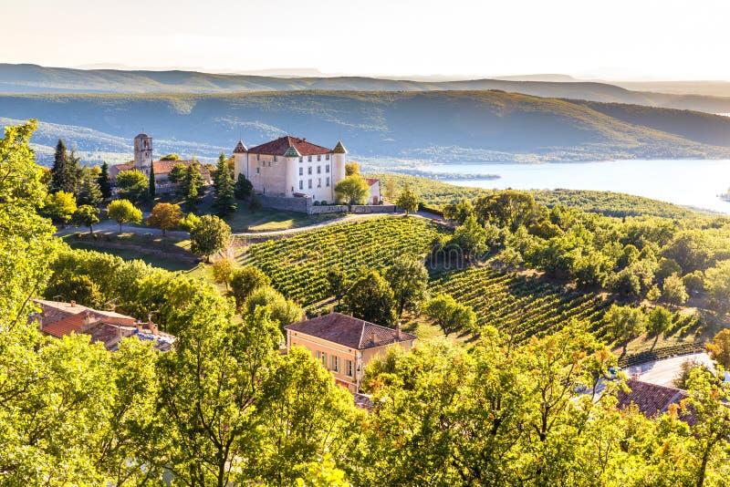 Aiguines, castillo francés y Sainte Croix Lake-France imagenes de archivo