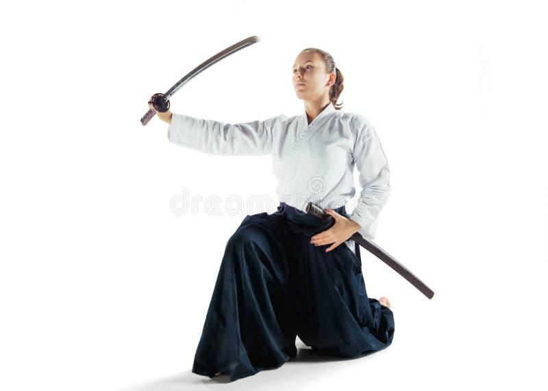 Aikido mistrzowskich praktyk obrończa postura Zdrowy styl życia i sporta pojęcie Kobieta w białym kimonie na białym tle zdjęcia stock