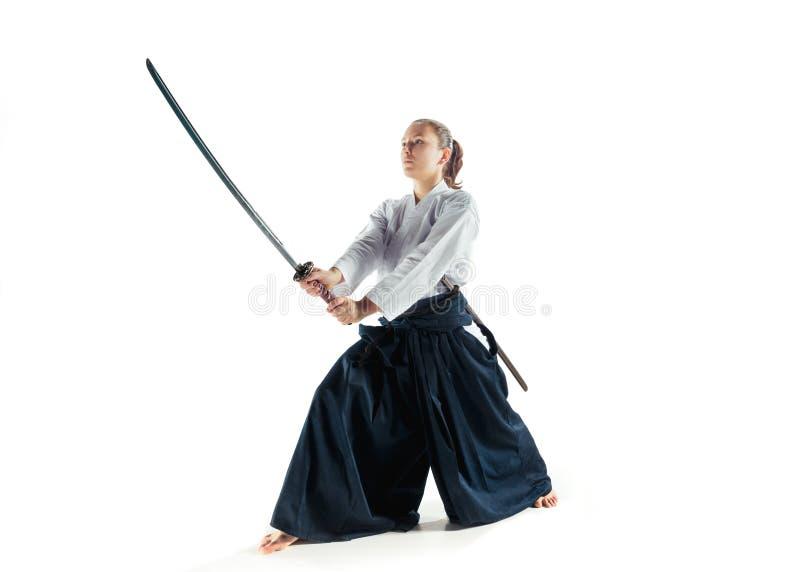 Aikido mistrzowskich praktyk obrończa postura Zdrowy styl życia i sporta pojęcie Kobieta w białym kimonie na białym tle obrazy royalty free