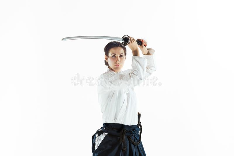 Aikido mistrzowskich praktyk obrończa postura Zdrowy styl życia i sporta pojęcie Kobieta w białym kimonie na białym tle fotografia royalty free