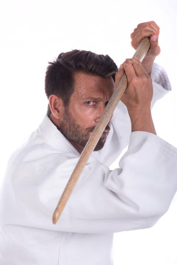 Aikidoförlage med det wood svärdet i defensiv position royaltyfria bilder
