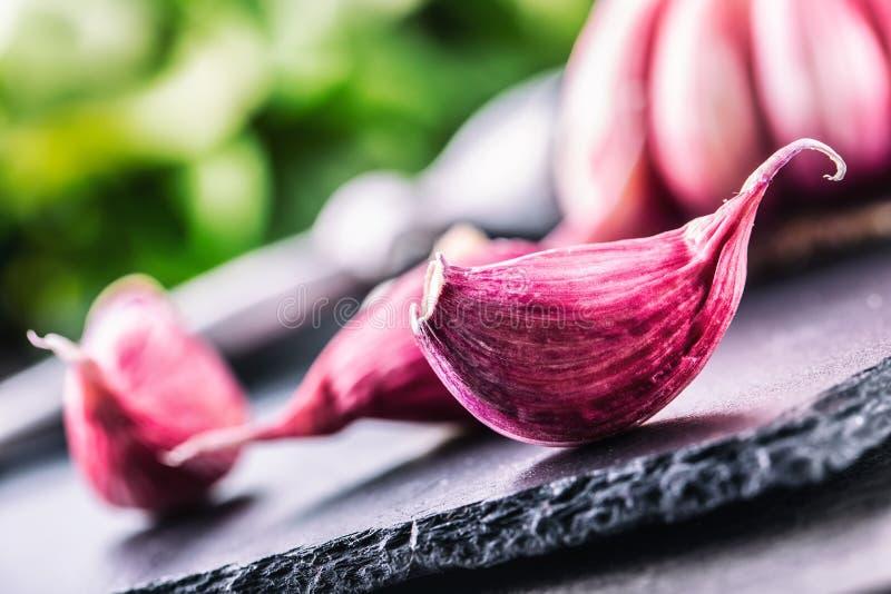 Ail Ail frais Ail rouge Presse d'ail Ail violet Fond d'ail l'ail frais d'ampoules dirige trois photo stock