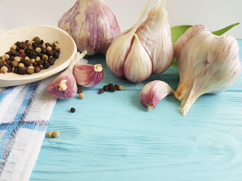 Ail, arome d'assaisonnement de vintage de poivre noir faisant cuire le légume de nutrition de cuisine de fraîcheur sur le bois bl photos stock