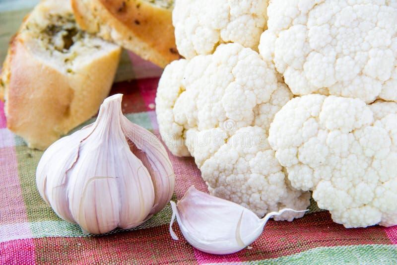 Ail, chou-fleur et pain blanc photographie stock