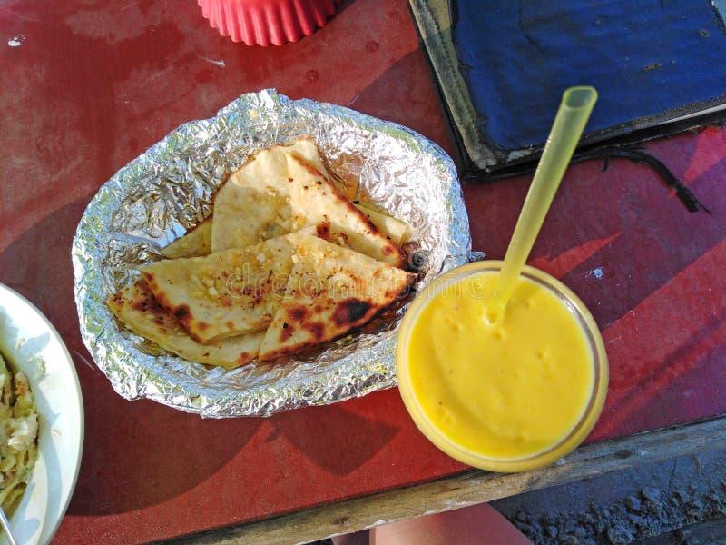 Ail de fromage naan et lassi de mangue de banane Goa, Inde photo libre de droits