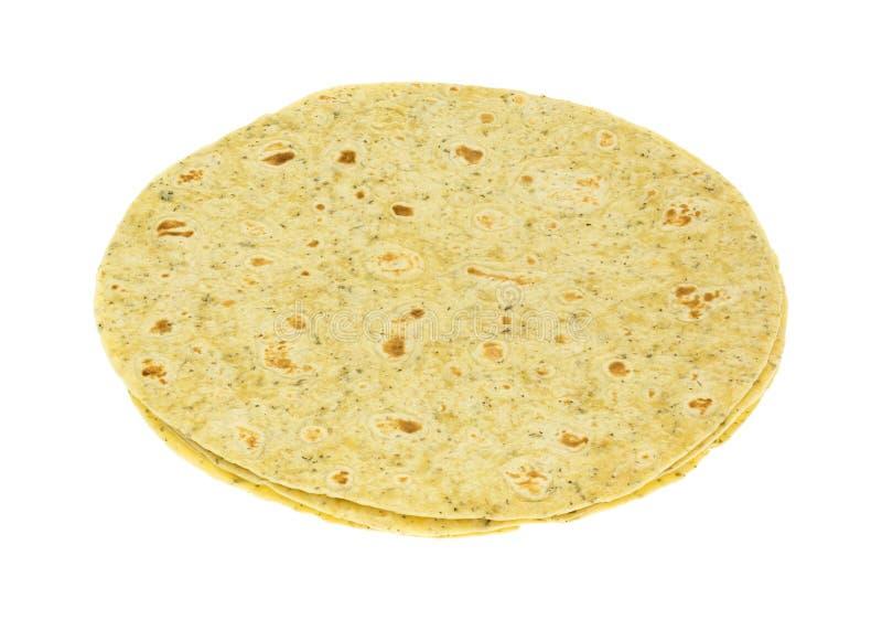 Ail et enveloppes de tortilla assaisonnées par herbe d'isolement sur le backgr blanc photos libres de droits