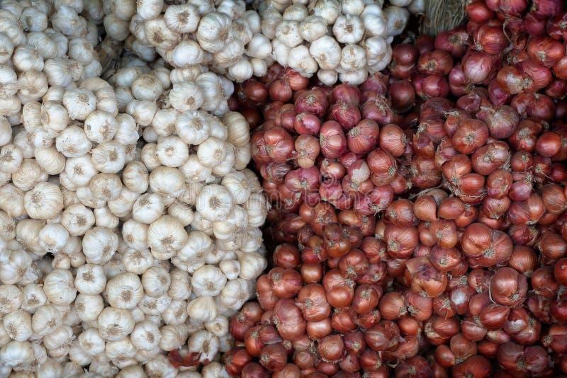 Ail et oignon rouge pour la vente au marché local du ` s d'agriculteur images stock