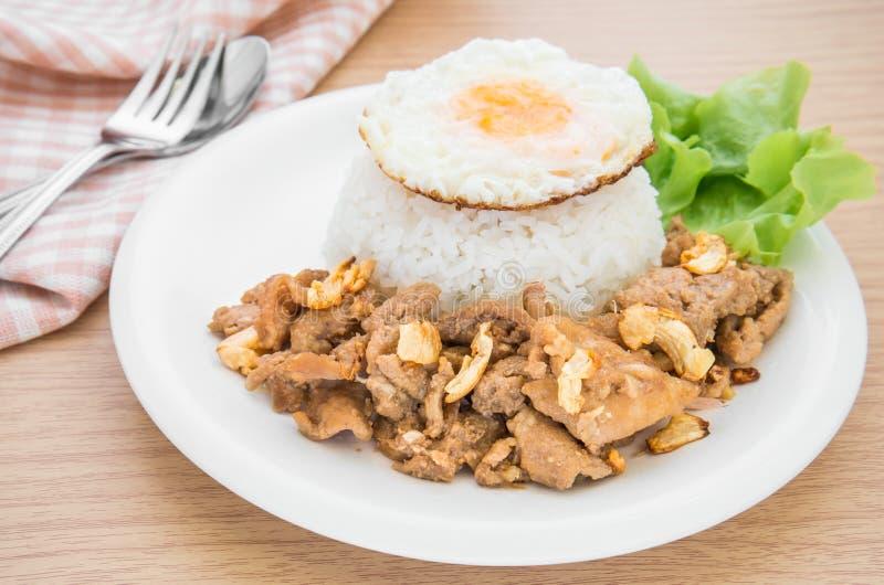 ail et poivre frits de porc avec l 39 oeuf au plat sur le riz. Black Bedroom Furniture Sets. Home Design Ideas