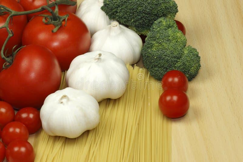 Ail, pâtes et tomates image stock