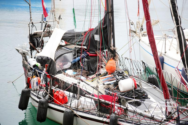 Ailboat ankrade i port, Genua, Italien arkivfoton