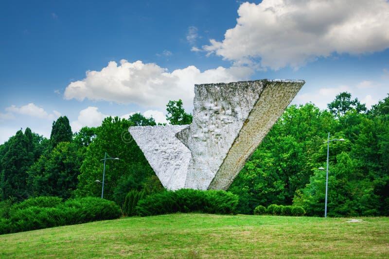 Aile cassée ou monument interrompu de vol dans Sumarice Memorial Park près de Kragujevac en Serbie photos stock