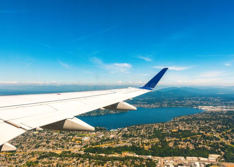 Aile d'avion au-dessus de la ville de désert le jour ensoleillé photo libre de droits