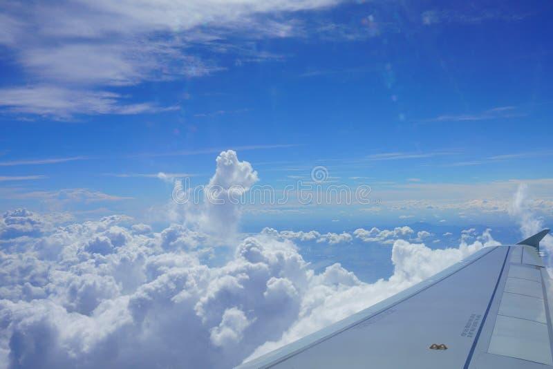 Aile d'avion dans le ciel Vue de hublot d'avion Beau ciel images stock