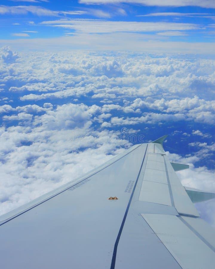 Aile d'avion dans le ciel Vue de hublot d'avion, ciel bleu photo libre de droits