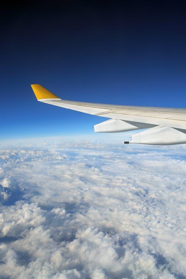 Aile d'avion + globe opacifié photographie stock