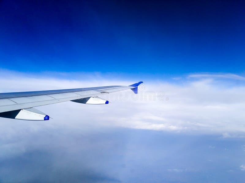 Aile d'avion parmi des nuages photos libres de droits