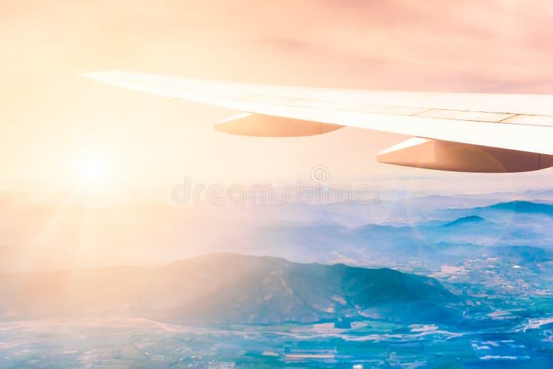 Aile d'avions avec des montagnes sur le fond photo stock