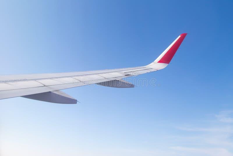 Download Aile D'un Vol D'avion Au-dessus Du Ciel Bleu Et Des Nuages Image stock - Image du commercial, aérien: 87709697