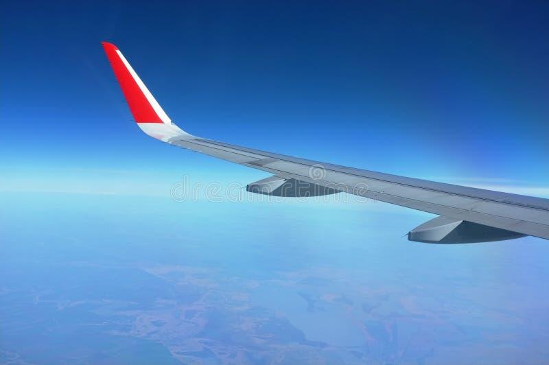 Aile d'un vol d'avion ci-dessus photographie stock libre de droits
