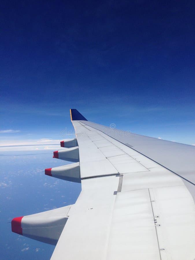 aile de cieux de vol bleu d'altitude d'aéronefs haute images stock