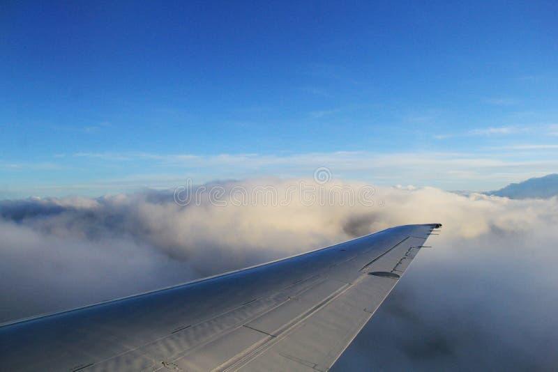 Aile de flottement d'avion au-dessus des nuages image libre de droits