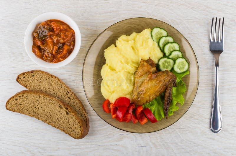 Aile de poulet grillée avec de la purée de pommes de terre, aubergine en tomate, bre images stock