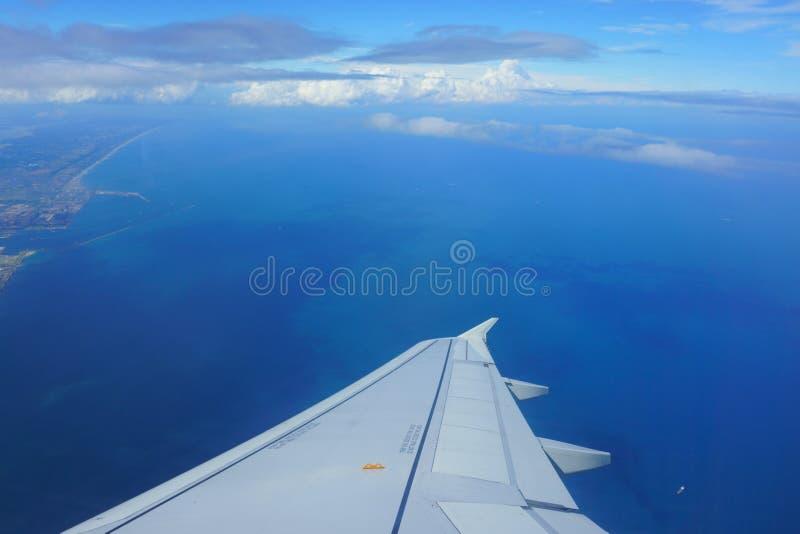 Aile de vue plate d'avion photo stock