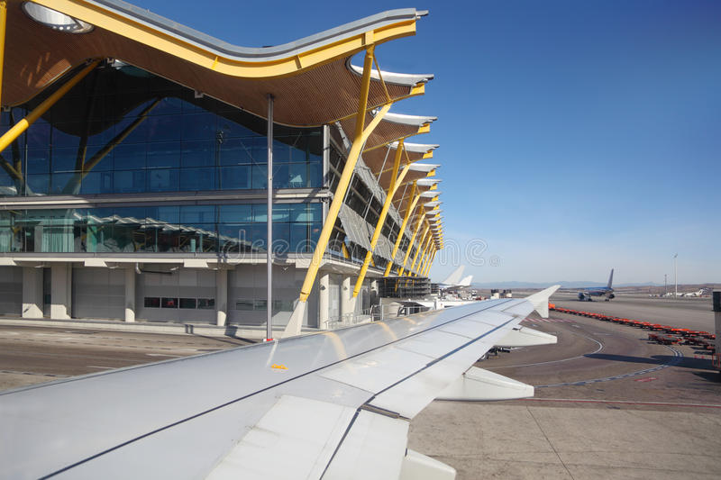 Aile du bâtiment d'avions et d'aéroport de Madrid Barajas photo stock