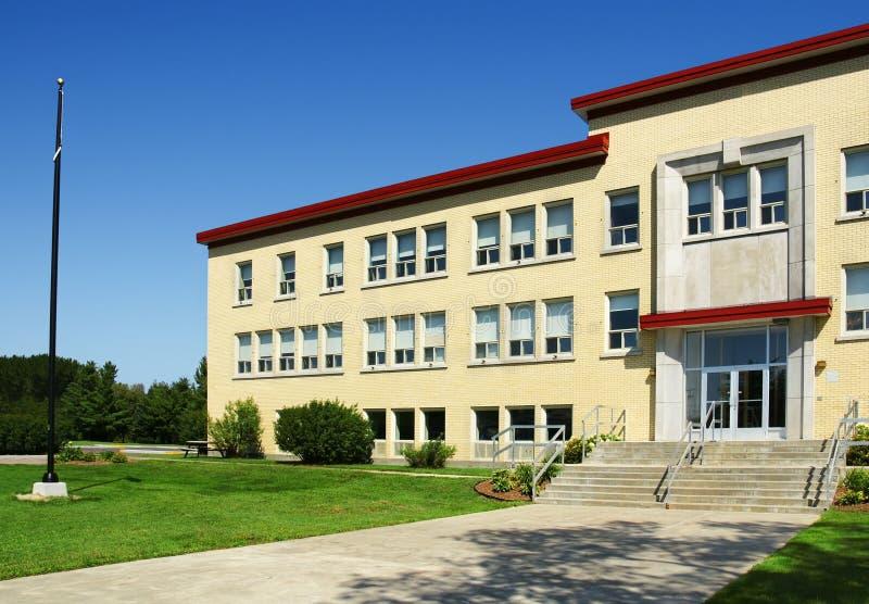 Aile et entrée d'école image libre de droits