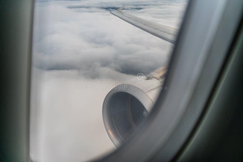 Aile, turbine, moteur et fenêtre d'un avion photos libres de droits