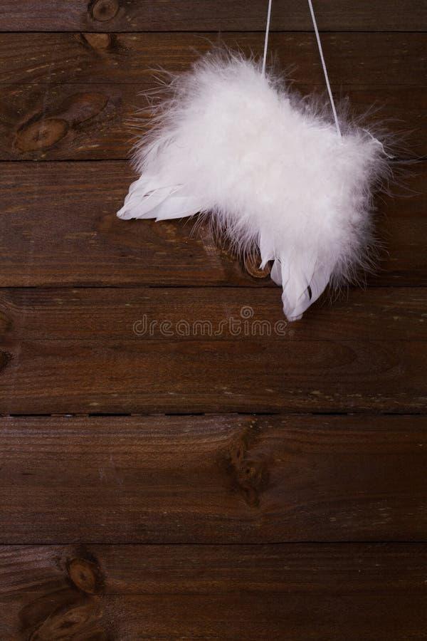 Ailes d'ange sur le fond en bois photographie stock