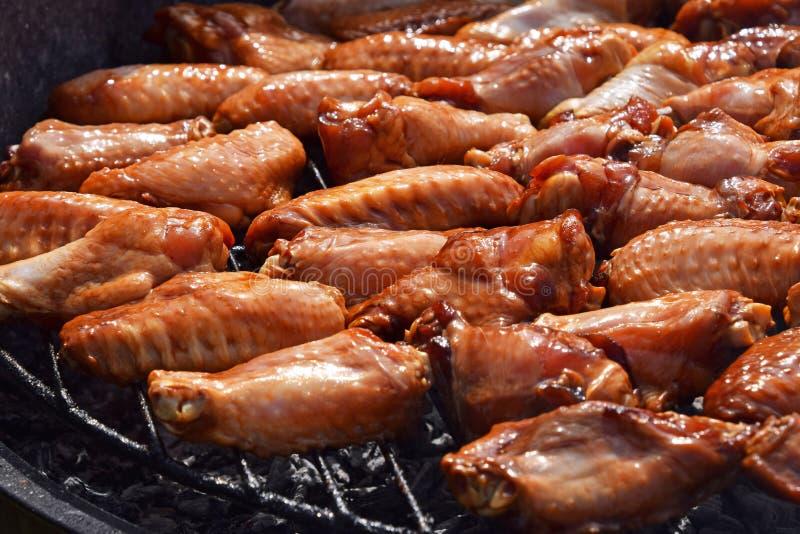 Ailes de buffle de poulet cuites sur le gril de fumée image libre de droits