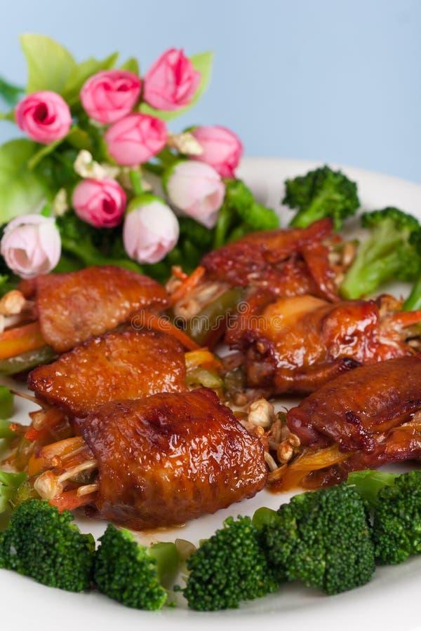 Ailes de poulet allumées image stock