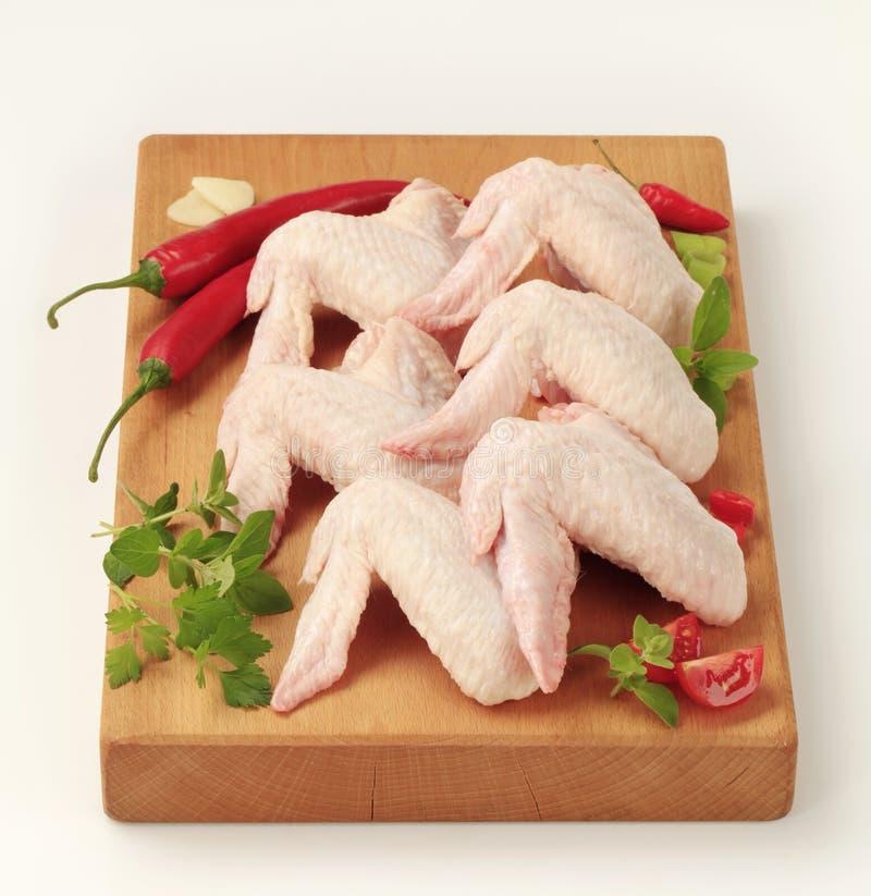 Ailes de poulet crues photo libre de droits