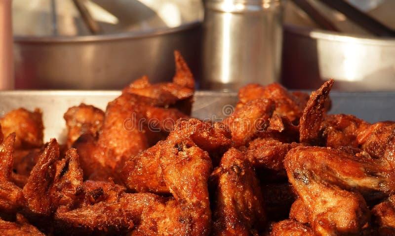 Ailes de poulet cuites à la friteuse image stock