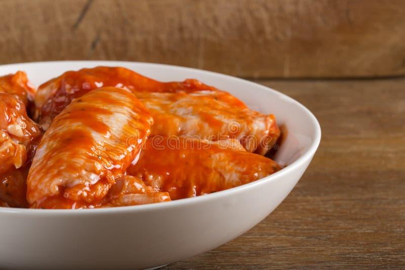 Ailes de poulet en sauce à marinade photo libre de droits