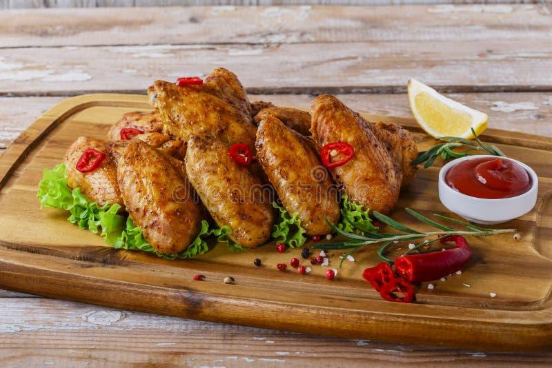 Ailes de poulet frit avec de la sauce rouge photos libres de droits