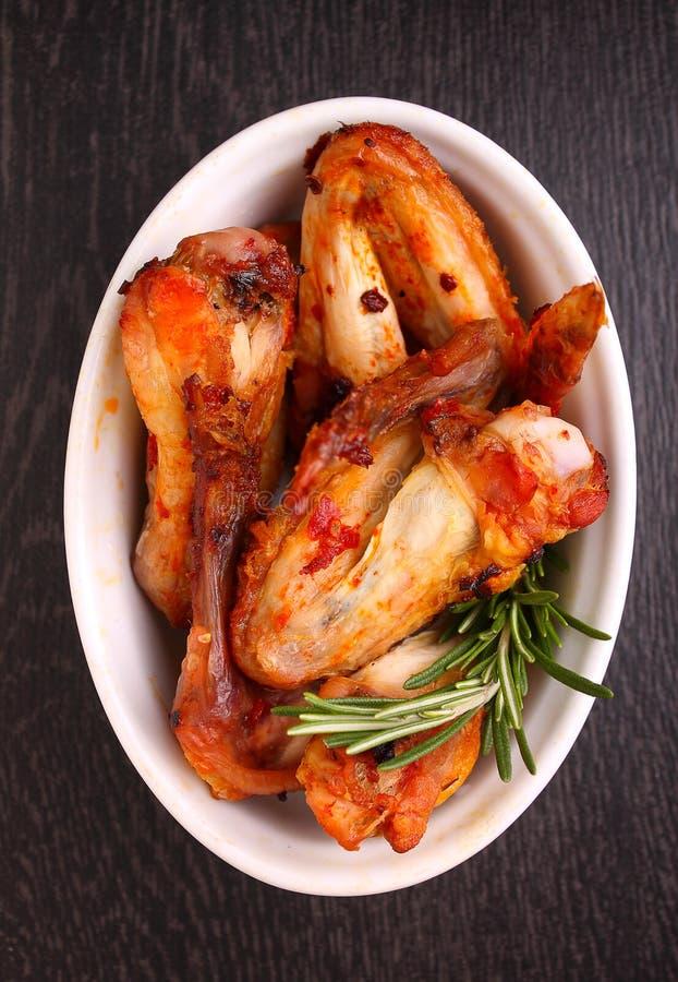 Ailes de poulet frites en sauce tomate images libres de droits