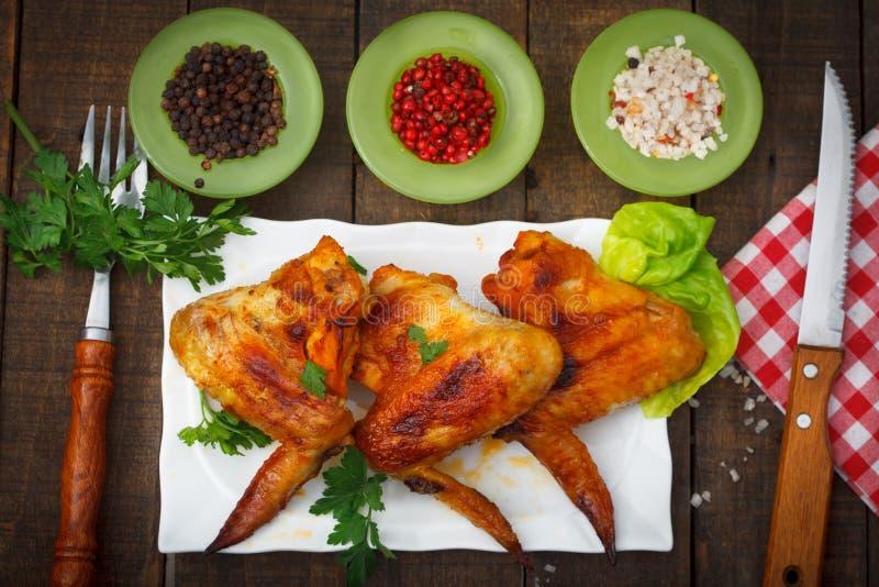 Ailes de poulet grillées avec des épices et des herbes photo libre de droits
