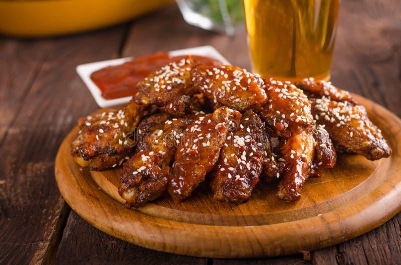 Ailes de poulet grillées avec de la sauce chaude photo libre de droits