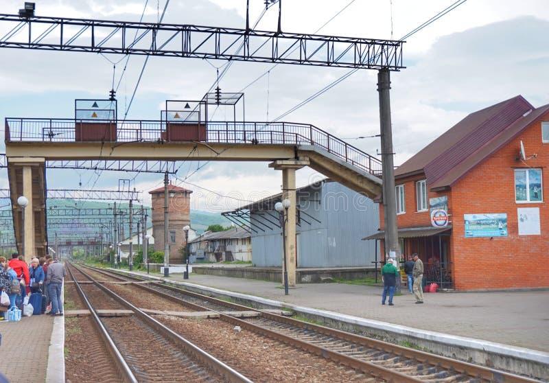 Ailway spår i en av de lilla städerna av västra Ukraina royaltyfria bilder